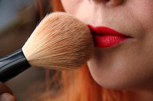 astuce poudre bouche lèvres - comment faire une belle bouche mate