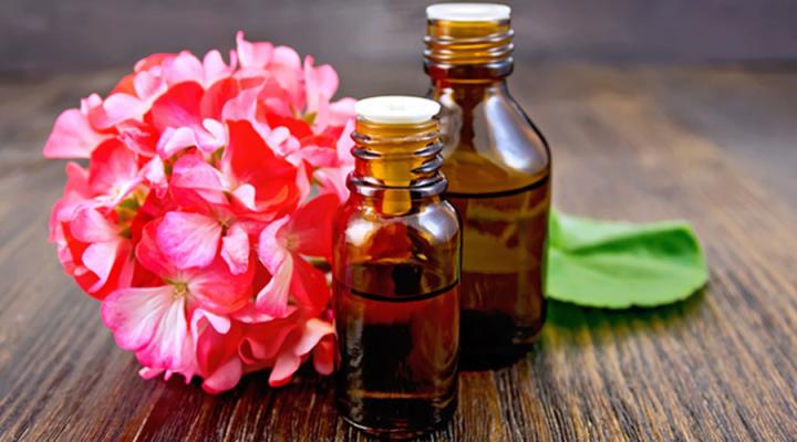 huile essentielle de géranium rosat pour un massage relaxant