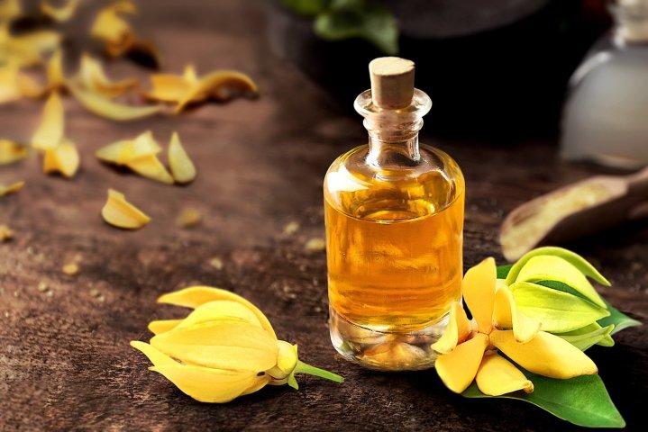 huile essentielle d'ylang ylang pour un massage relaxant