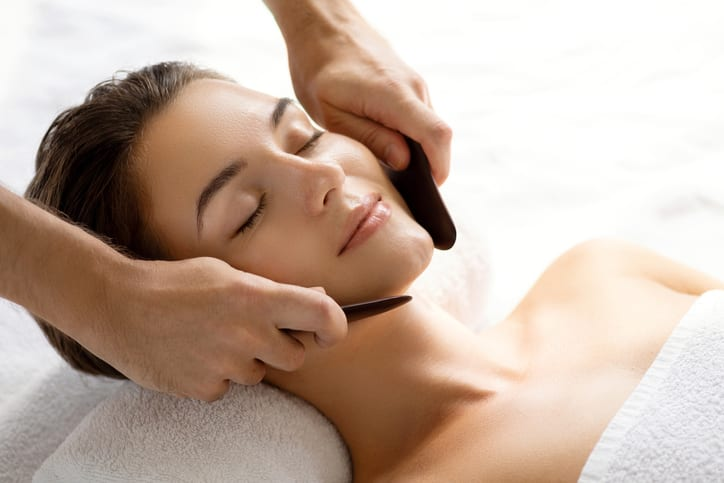 comment réaliser un massage facial Gua sha