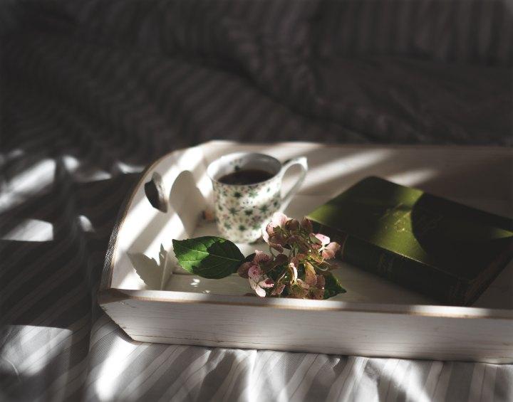 7 signes qu'elle vous aime vraiment elle est attentive à vos besoins petit déjeuner au lit